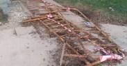 Las vallas de protección siguen en la misma zona, aunque tiradas en el suelo