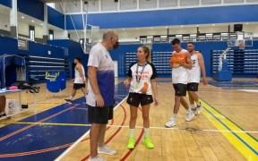 Ana Mónica Rodríguez conversando con el preparador físico