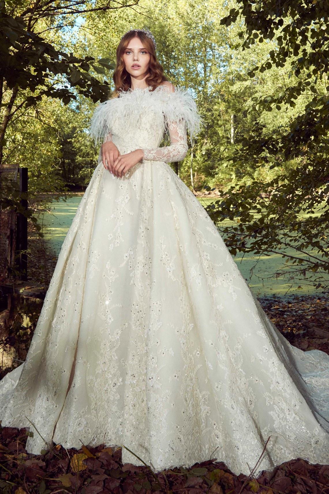 Vestidos de novia con plumas 2019