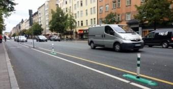 stockholm-gotgatan-avskiljare-mellan-cykelbana-och-bilkorfalt-gront-och-vitt-hammarby-fotboll-bajen