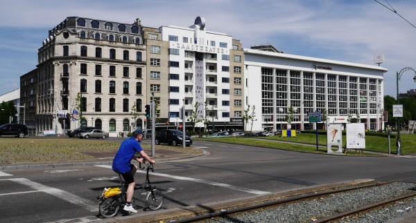 Du haut de la Place Saintclette, 3 stye architecturaux vous regardent.