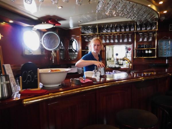 L'Artemis est en voilier de plaisance... et je dois dire que je m'y serai bien cachée pour y naviguer. http://www.tallship-artemis.com/home-en/