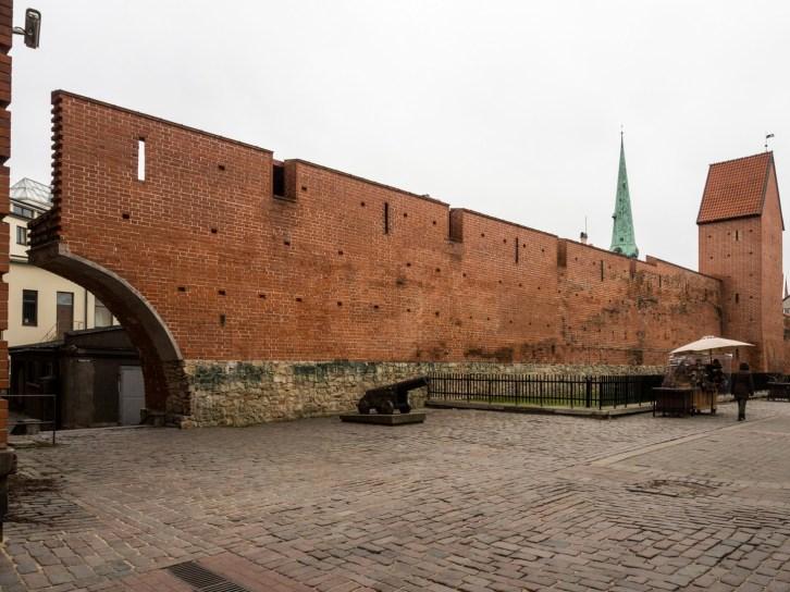Anciens murs d'enceinte et porte de Suède