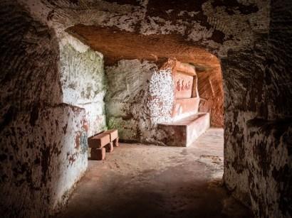 Une grottes creusée dans la montagne