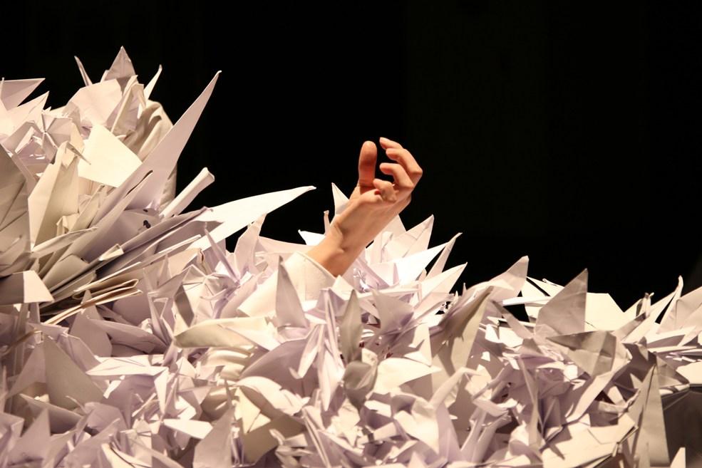 Scénographe théâtre Les Couleurs de l'Oiseau Blanc, une main dans les grues de papier, Assilem décors, scénographe Bordeaux, peintre en décor, peintre décorateur