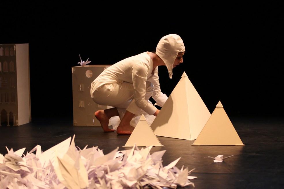 Scénographe théâtre Les Couleurs de l'Oiseau Blanc, Tomec joue avec ses créations de papier, Assilem décors, scénographe Bordeaux, peintre en décor, peinture décorative