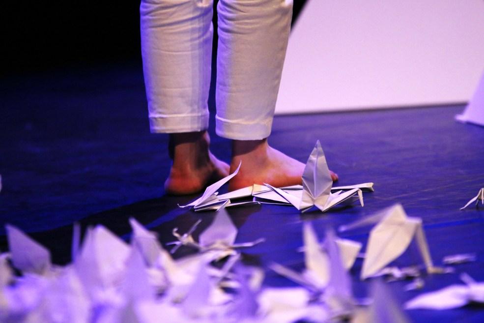 Scénographie théâtre Les Couleurs de l'Oiseau Blanc, pieds et grues de papier, Assilem décors, scénographe Bordeaux, peintre en décor, peintre décoratrice