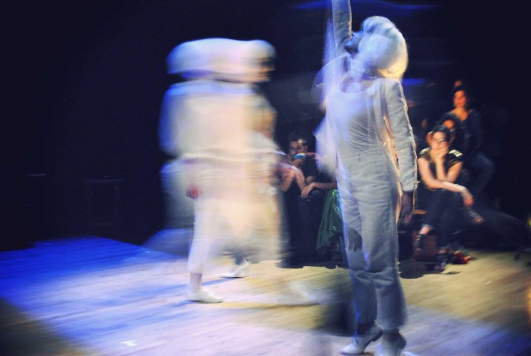 Scénographe théâtre Mécanique, la danse des personnages, Assilem décors, scénographe Bordeaux, peintre en décor, peinture décorative