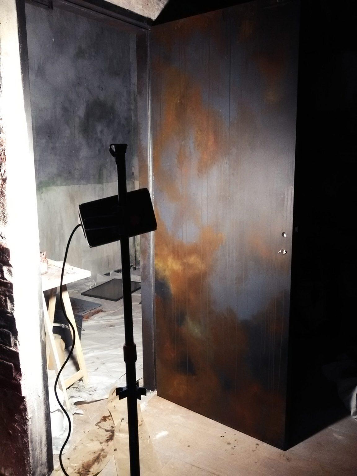 Décors escape game porte effet métal rouillé, scénographe peintre en décors Bordeaux
