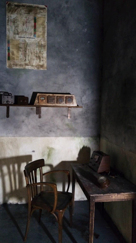Décors escape game peinture, vieillissement, effets érosion, salissure, rouille, pose des lambris, recherche de mobilier et accessoires.
