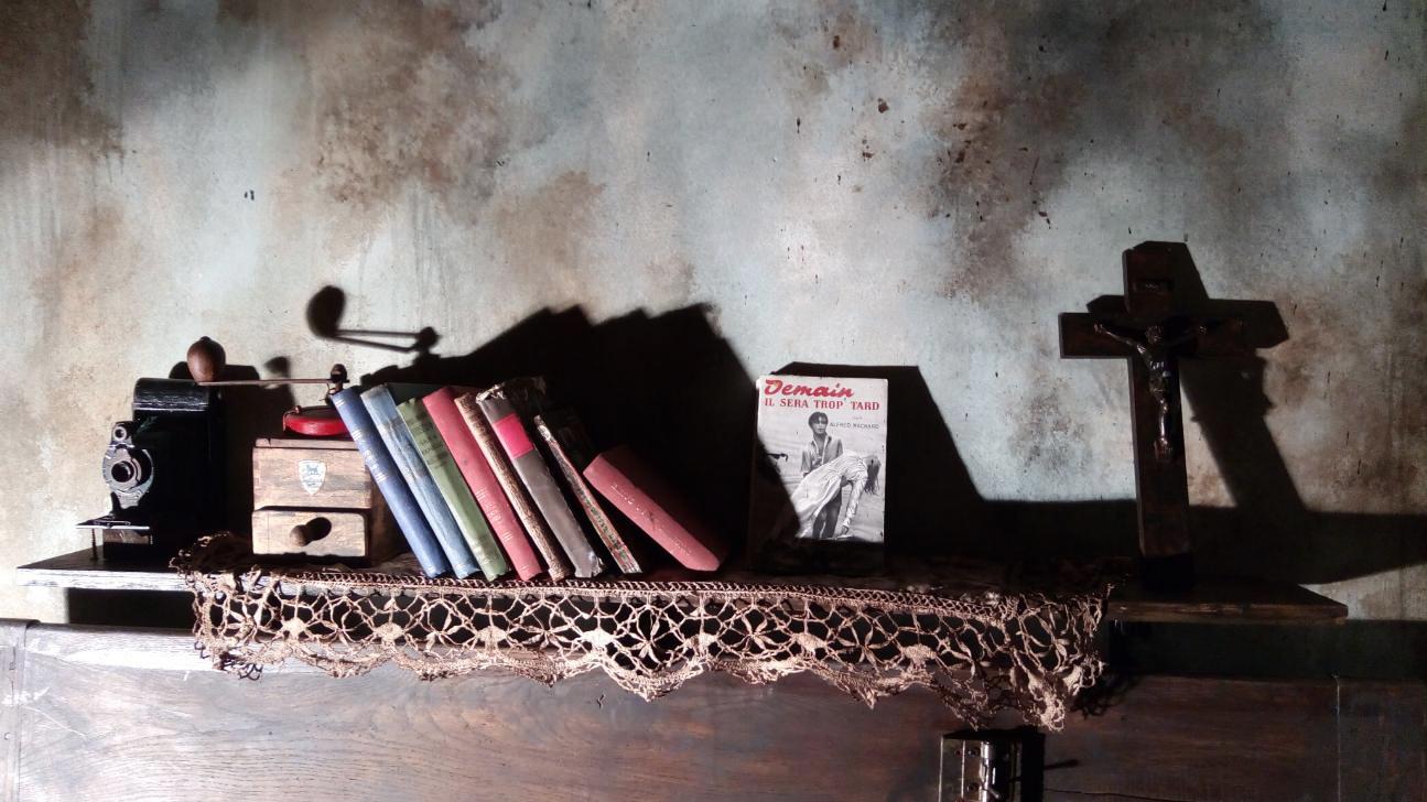 Réalisation de peinture en décor pour escape game : peinture murale, effets de vieillissement murs, accessoires, meubles.