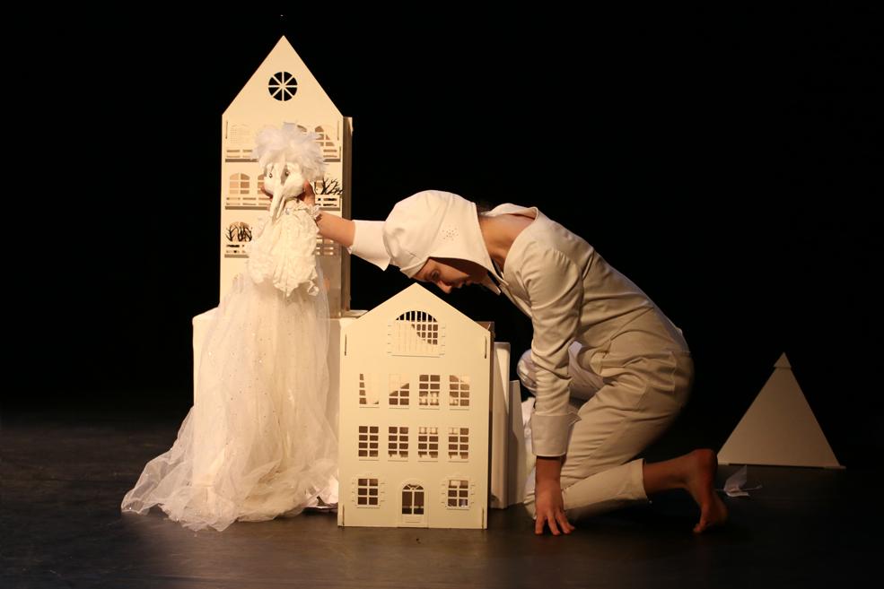 Scénographie pièce de théâtre jeune public, tout en papier, poétique, Bordeaux Paris