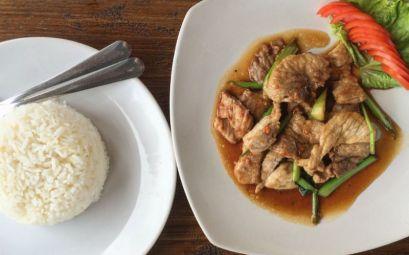 Plato de cerdo con arroz blanco