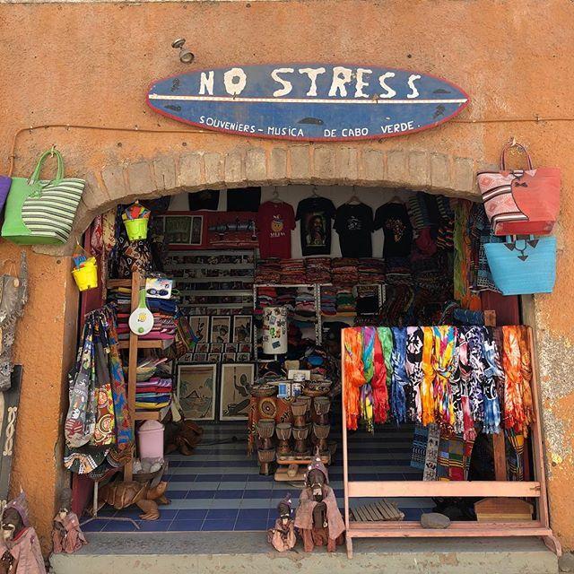 tienda de souvenirs con el lema de cabo verde no stress en isla de Sal