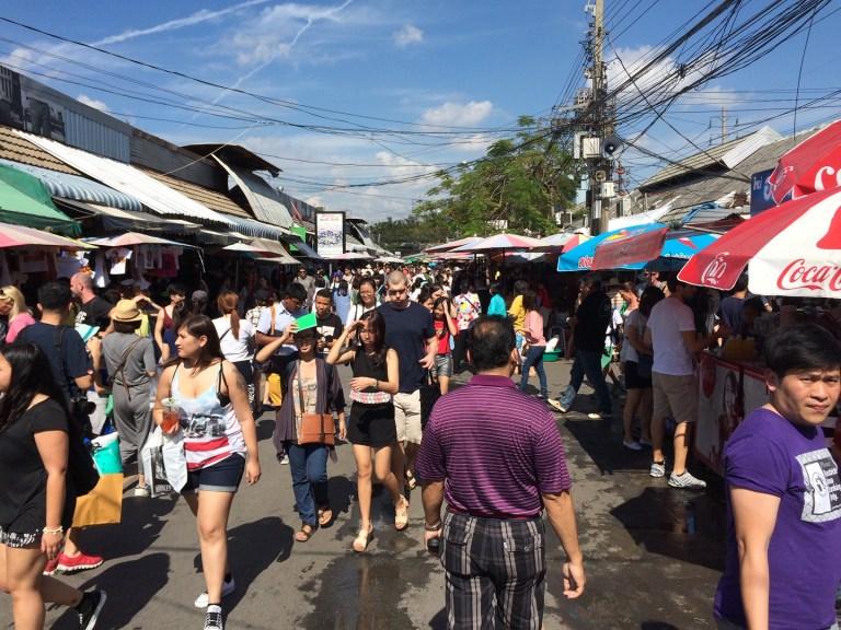 Gente andando por chatuchak market  en Bangkok
