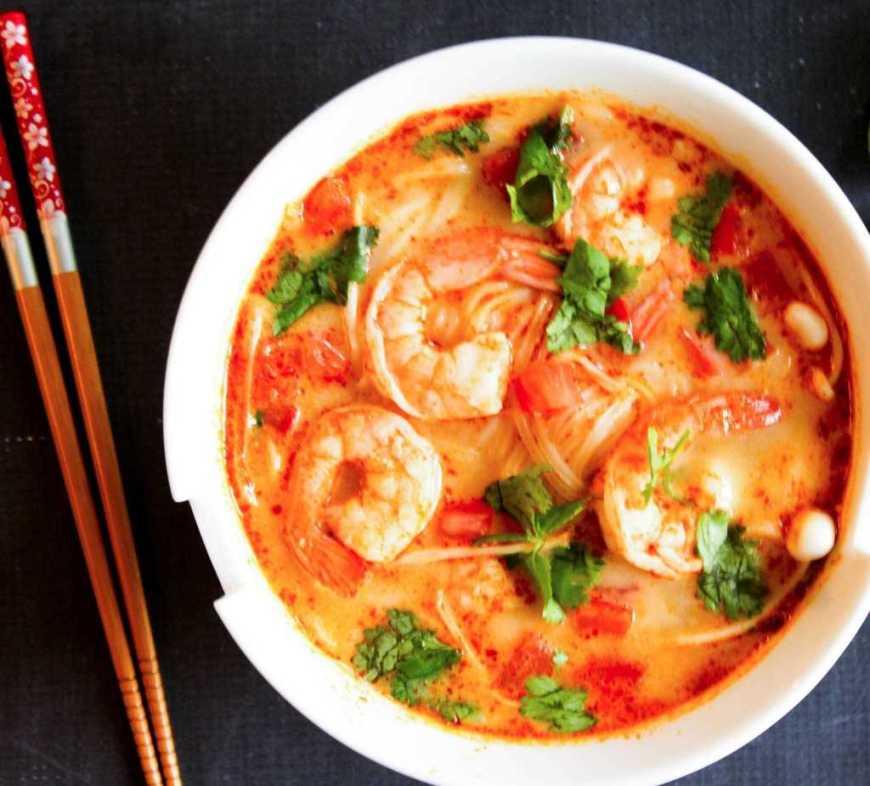 Tom yum es una sopa que comer en Tailandia