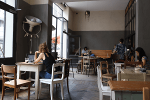Your walking guide to specialty coffee in Berlin Kreuzberg_kaffee 9_laptop