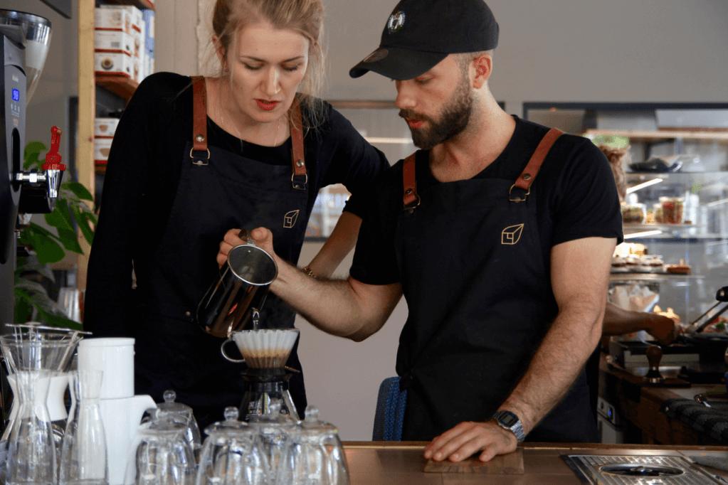 Your walking guide to specialty coffee in Berlin Kreuzberg part 2_kaffeekirsche_barista at work