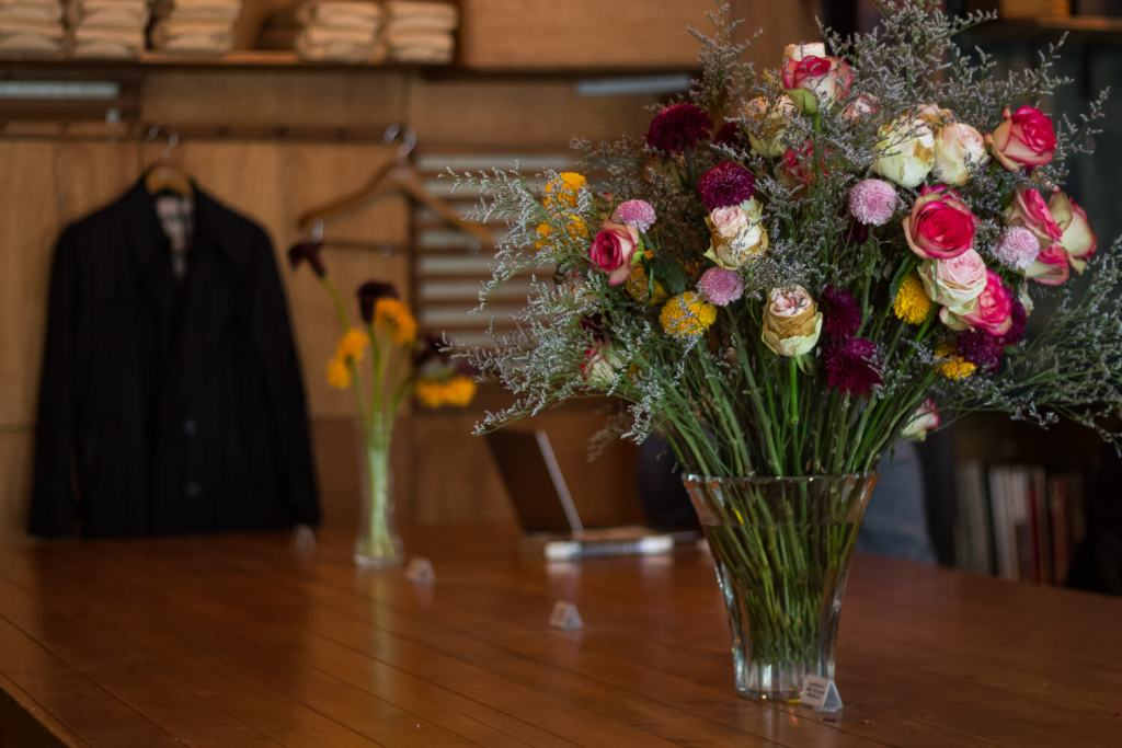 Specialty Coffee in Seoul_hell cafe_table flowers