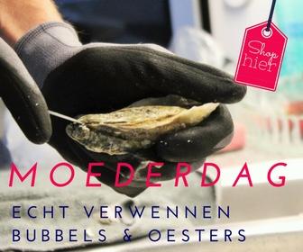 Bubbels & oesters. Verwen mij op Moederdag met oesters & bubbels en ik ben de gelukkigste (stief)moeder. Serveer de oesters op een mooie schaal met ijs, vinaigretje erbij en een bubbel in een champagneglas. 6x Moederdag inspiratie - Mels Feestje