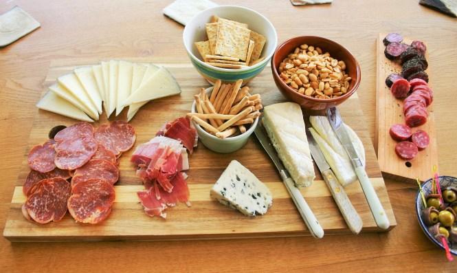 """Hartige plank als binnenkomst op een tapasfeestje - Kaas worst toast en olijven met ansjovis plank - Tapasfeestje - Mels Feestje"""""""""""