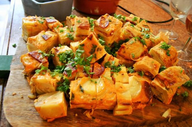 """Tortilla de patatas con chorizo - Mag niet missen op jouw tapasfeestje. Een makkelijk te maken, goedkope, heerlijke tapa - """"tapasfeestje - Mels Feestje"""