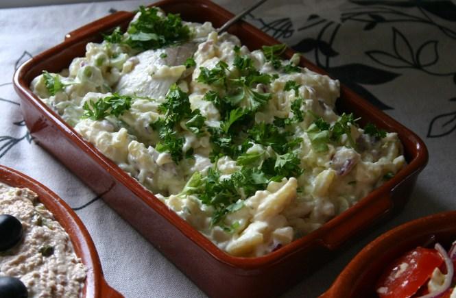 Spaanse Aardappelsalade. Een koude zomerse, vegetarische, pittig door de knoflook, super makkelijk te maken aardappelsalade. Gegarandeerd word je om het recept gevraagd, en die is geweldig & makkelijk. Heerlijk & simpel voor je Tapasfeestje. Geweldig als BBQ salade. Mels Feestje