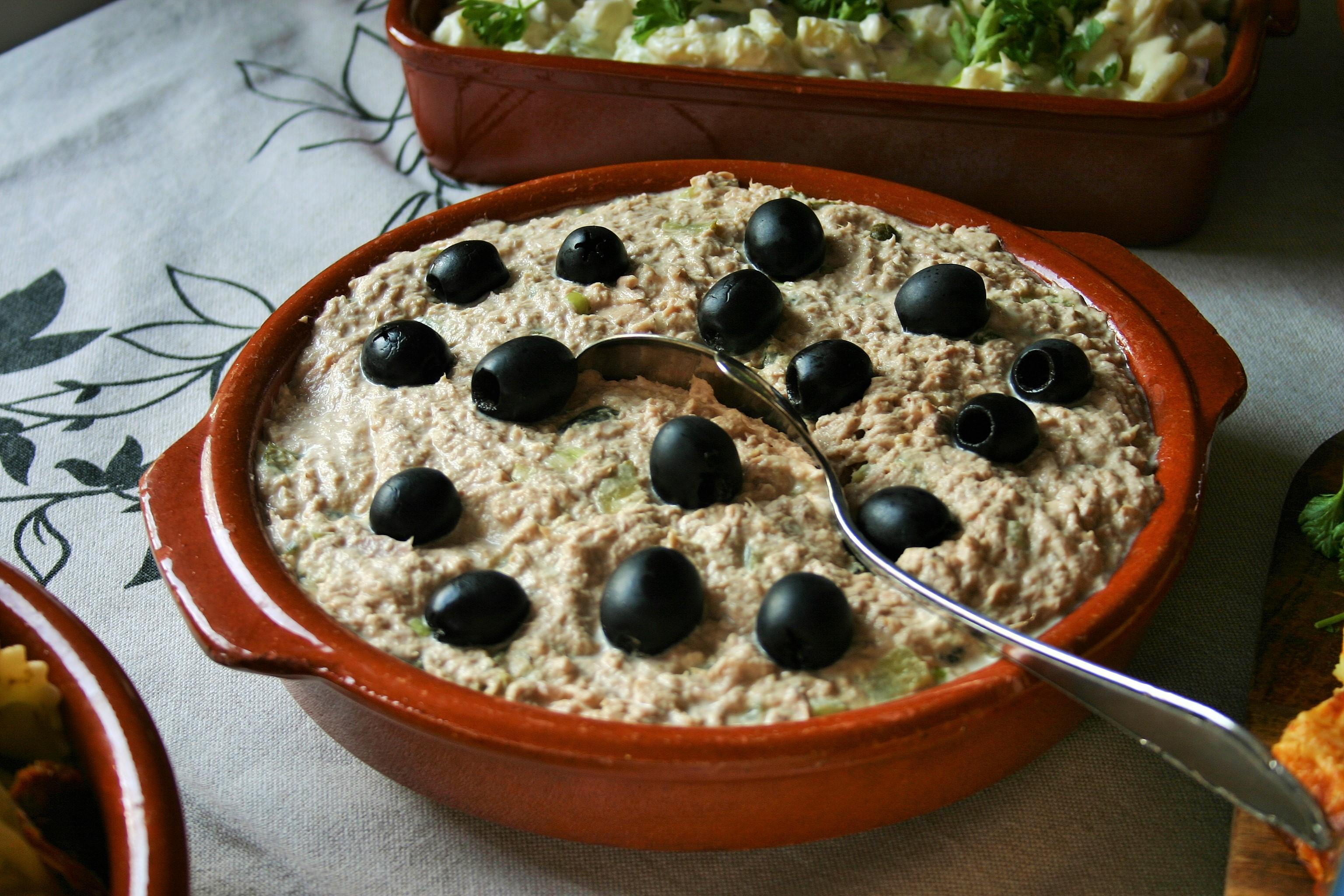 """Tonijnsalade - 8x makkelijke tapas - Simpele succesvolle Spaanse heerlijke tonijnsalade - Fris door augurkjes -  Spaans door de versiering met zwarte olijven – BBQ – Tapasfeestje – mels Feestje"""""""
