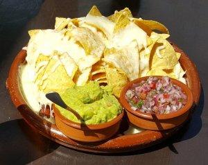 """Mexicaans thema verjaardagsfeestje - daar horen Nacho's met salsa, guacamole en gesmolten kaas bij - Mels Feestje"""""""