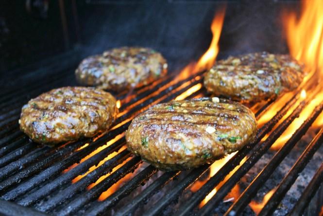 Een overheerlijke zelf gemarineerde koriander hamburger voor op de gas BBQ - met ui knoflook verse koriander ketjap en een plakje cheddar op een Italiaanse bol - Mels Feestje & Feest hapjes