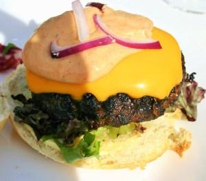 """""""Gemarineerde hamburgers op de gas BBQ - Hamburger met ui knoflook verse koriander en een plakje gesmolten cheddar kaas op een Italiaanse bol - Mels Feestje en Feest hapjes"""