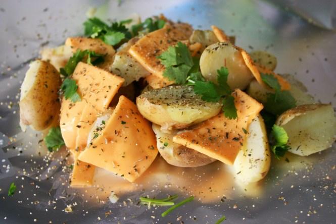 BBQ recept - Krieltjes doormidden gesneden gemarineerd met cheddar kaas koriander en koriander - mels feestje en feest hapjes