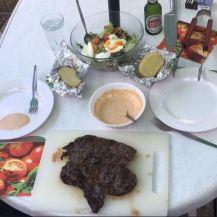 Camping Steak met roze saus en gepofte aardappellen
