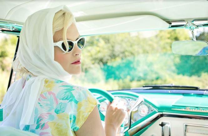 """Auto Kleuren Bingo! Hoe leuk voor onderweg. Gezellig spel om samen in de auto te spelen. Dit plaatje van deze gekleurde auto is mijn uitgelichte afbeelding voor mijn blog bericht """"Auto Kleuren Bingo"""". Een prachtige foto van een mooie blonde dame in een oude mint groene auto. Mels Feestje & Zomervakantie"""