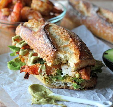 Gevuld Stokbrood met grote pittige gebakken garnalen en avocado mayonaisse. Heerlijk recept voor op de camping. makkelijk en toch wel luxe. Tuinfeest & Kampeer Recepten