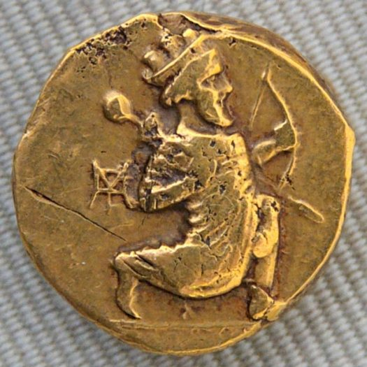 Gold coin with Artaxerxes II, Babylonia, ca. 330–300 BC; obverse: Persian king running holding a bow.