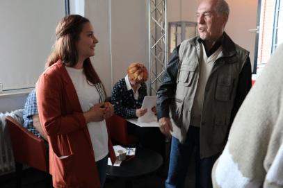Moderatorin Polina Bragina im Gespräch mit Besuchern der Veranstaltung