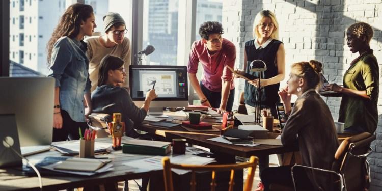 les réunions de coworking intergénérationnels permettront à anciens et jeunes de se réunir et avancer ensemble.
