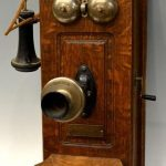 picture of an old crank telephone.