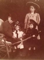 Madeleine (en blanc) à 3 ans avec ses cousins