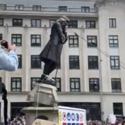 RACISME – Le Black Lives Matter fait tomber la statue de Edward Colston (vidéo)