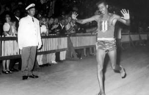 Abebe Bikila – The Ethiopian runner wins the marathon barefooted in Rome