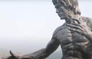 Statue of Bruce Lee – The memorial figure of martial artist in Hong Kong