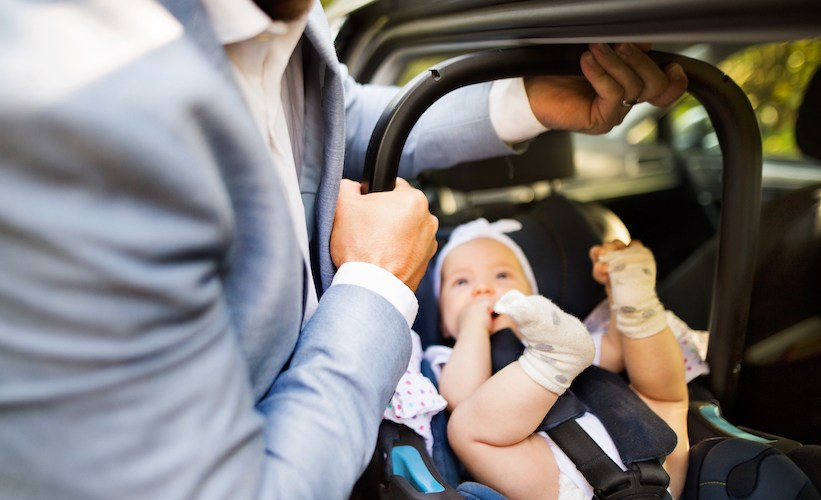 Lo más recomendable es utilizar sillitas adecuadas a cada etapa del bebé.