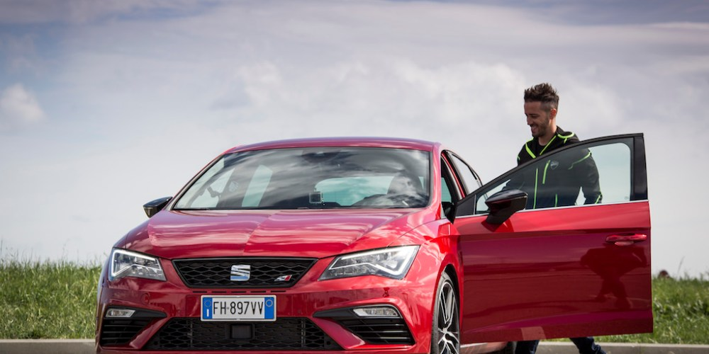 El piloto de MotoGP Andrea Dovizioso, se sube a un SEAT CUPRA