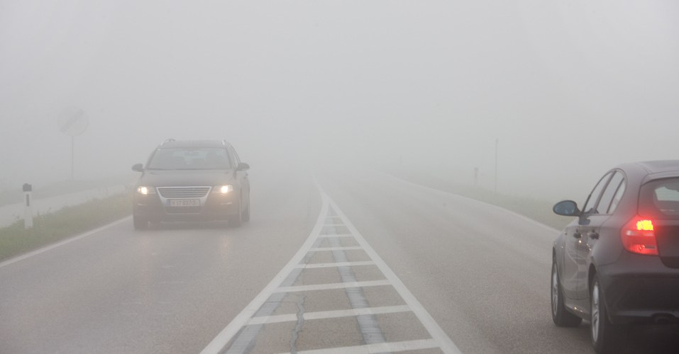 Lo que no debes hacer al manejar con niebla