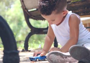 Cómo mantener la seguridad de los niños dentro y fuera del auto
