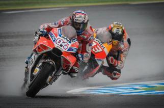 Dovizioso bate a Márquez bajo la tormenta de Japón