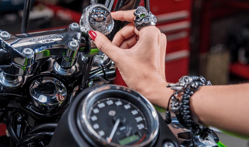 Las motos y los relojes, el mundo de Bomberg