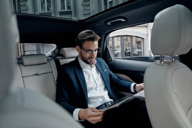Esta es la razón por la cual nos mareamos en el auto al usar el celular o leer